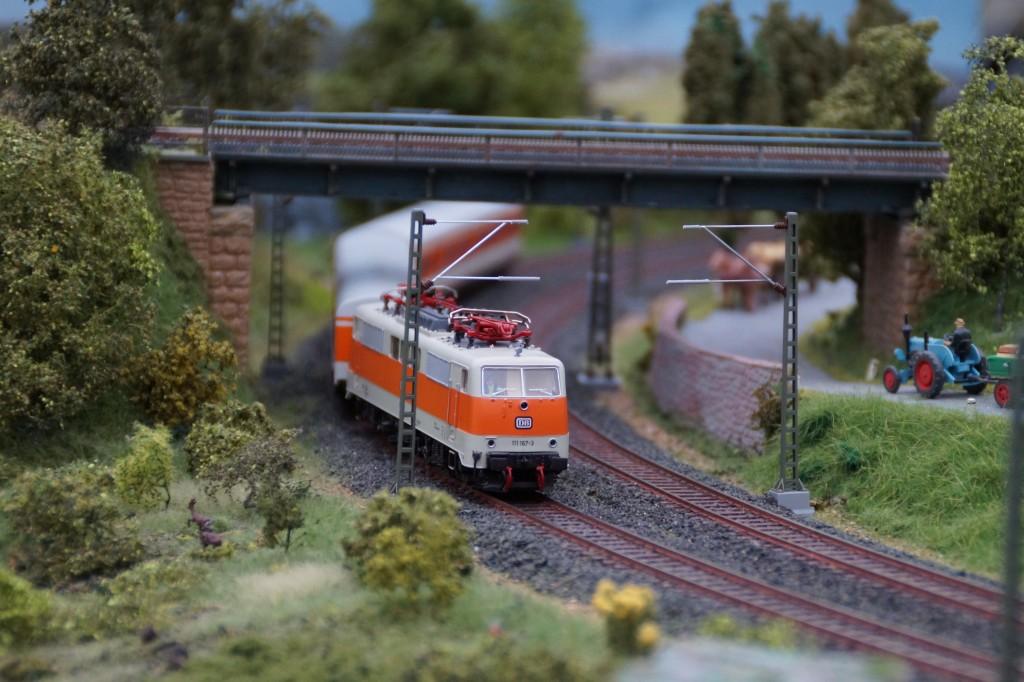 BR111 unter Brücke
